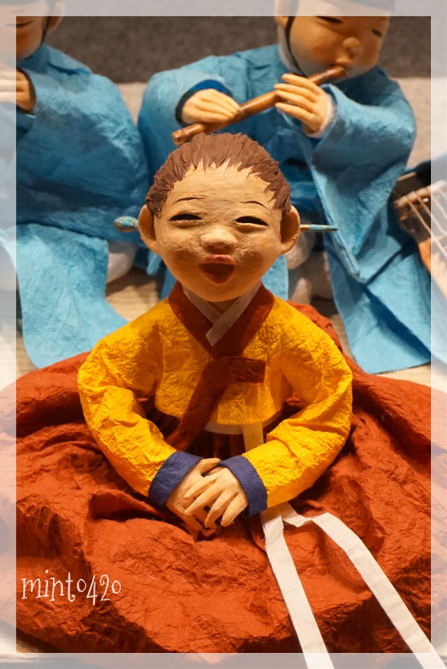 Dolls dressed in traditional Korean clothes hanbok  #vivid  #freetoedit